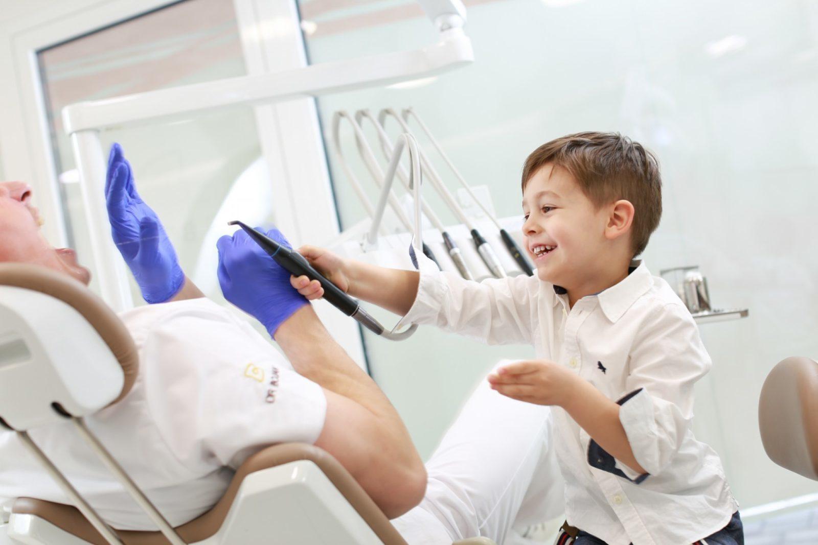 Kako prati zube sa fiksnim aparatićem